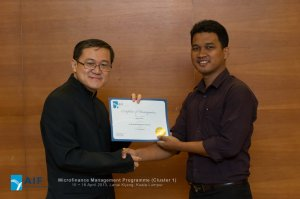 Mr. Richard Yu, Senior Director, COE presenting Certificate of Participation